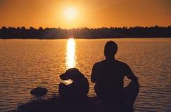 Vrienden bij zonsondergang Stock Fotografie