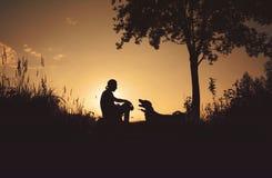 Vrienden bij zonsondergang Stock Afbeelding