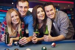 Vrienden in billardclub royalty-vrije stock foto