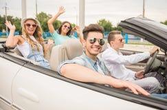 Vrienden in cabriolet royalty-vrije stock foto