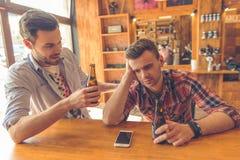 Vrienden in de koffie royalty-vrije stock fotografie