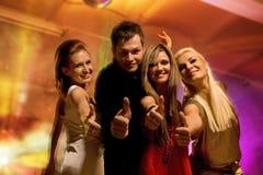 Vrienden in de nachtclub royalty-vrije stock fotografie