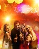 Vrienden in de nachtclub stock foto