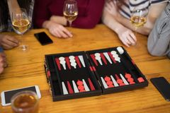 Vrienden die backgammon spelen terwijl het hebben van glas wijn stock fotografie