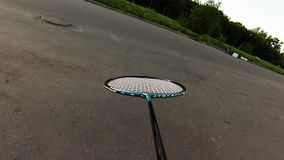 Vrienden die Badminton op hof spelen stock video