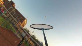 Vrienden die Badminton op hof spelen stock videobeelden