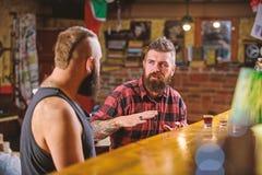 Vrienden die in bar of bar ontspannen Soulmates gedronken gesprek Besteedt de Hipster brutale gebaarde mens vrije tijd met vriend stock afbeelding