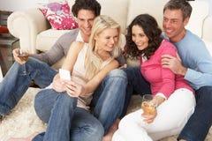 Vrienden die Beelden op Smartphone bekijken Royalty-vrije Stock Foto's