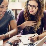 Vrienden die Besprekingsvergadering werken die Ideeënconcept delen stock afbeeldingen