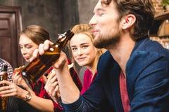 Vrienden die bier drinken Stock Foto's