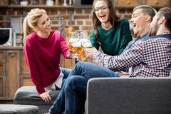 Vrienden die bier drinken Royalty-vrije Stock Foto