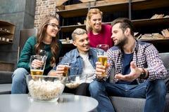 Vrienden die bier drinken Stock Fotografie