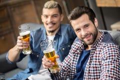 Vrienden die bier drinken Stock Foto