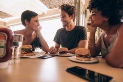 Vrienden die bij een koffie samenkomen Stock Afbeeldingen