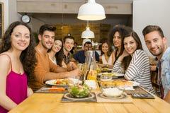 Vrienden die bij het restaurant lunchen Stock Afbeeldingen