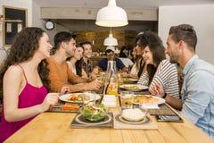 Vrienden die bij het restaurant lunchen Royalty-vrije Stock Foto