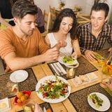 Vrienden die bij het restaurant lunchen Stock Fotografie