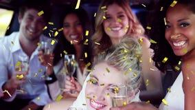 Vrienden die binnen een limousine vieren stock footage