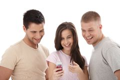 Vrienden die cellphone samen bekijken, het lachen Stock Foto's