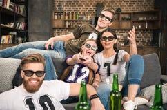 Vrienden die in 3D glazen op film letten Stock Fotografie