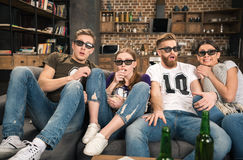 Vrienden die in 3D glazen op film letten Stock Foto's