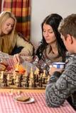 Vrienden die de winterplattelandshuisje besteden van de tijdberg Royalty-vrije Stock Afbeelding
