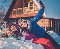 Vrienden die de wintervakantie besteden Stock Foto