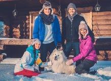 Vrienden die de wintervakantie besteden Stock Afbeeldingen
