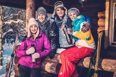 Vrienden die de wintervakantie besteden Royalty-vrije Stock Afbeelding