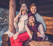 Vrienden die de wintervakantie besteden aan berghuis Royalty-vrije Stock Fotografie