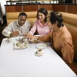 Vrienden die dessert delen. Royalty-vrije Stock Afbeelding