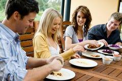 Vrienden die Diner hebben Royalty-vrije Stock Afbeeldingen