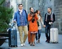 Vrienden die door stadsstraat lopen Stock Fotografie