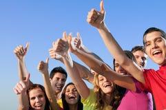 Vrienden die duim tonen stock foto's
