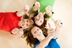 Vrienden die duimen maken omhoog ondertekenen Stock Foto