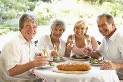 Vrienden die een Al Lunch van de Fresko eten Royalty-vrije Stock Foto's