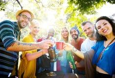 Vrienden die een de zomerpartij hebben royalty-vrije stock afbeeldingen