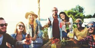 Vrienden die een de zomerpartij hebben stock foto