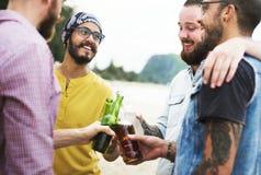Vrienden die een de zomerpartij hebben royalty-vrije stock afbeelding
