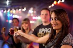 Vrienden die een drank hebben Stock Foto's