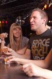 Vrienden die een drank hebben Royalty-vrije Stock Afbeeldingen