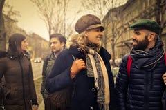 Vrienden die een gesprek in de straat hebben royalty-vrije stock fotografie