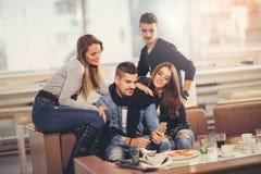 Vrienden die een grote tijd in restaurant hebben Stock Afbeelding