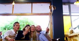 Vrienden die een selfie in café nemen stock videobeelden