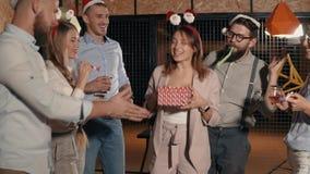 Vrienden die een verrassing voor vrouw maken stock footage
