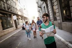 Vrienden die en stad reizen onderzoeken stock fotografie