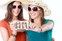 Vrienden die foto's met een smartphone nemen Stock Afbeeldingen