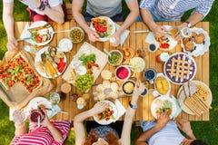 Vrienden die gezond voedsel in openlucht eten royalty-vrije stock fotografie