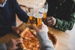 Vrienden die glazen bier clinking Stock Foto