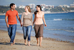 Vrienden die langs strand lopen Stock Foto's